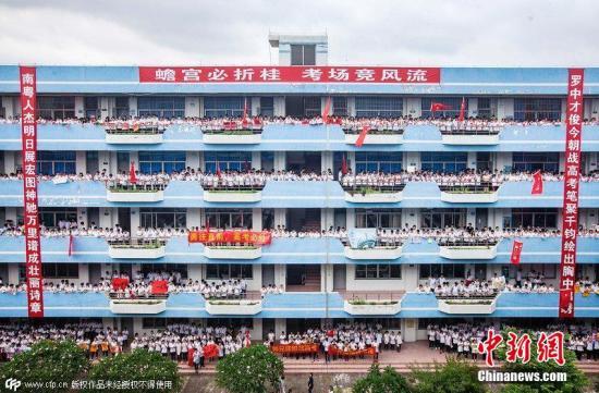 """6月5日,广东顺德,顺德罗定邦中学""""回""""型教学楼走廊以及中庭人山人海,1700多名高一高二的学弟学妹,为该校即将参加高考的830多名高三学子呐喊、加油。一遍遍""""霸气""""的喊楼助威口号在教学楼上方回荡,在祝福高考生的同时,也在激励着学弟学妹们自己。图片来源:CFP视觉中国"""