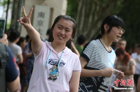 图为6月6日,南京大批高考考生走进当地一处考点看考场。中新社发 泱波 摄