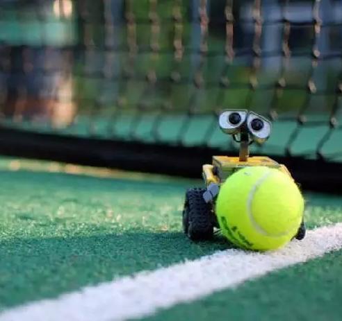 为什么女子网球运动员都会在裙边藏个球?