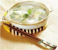 对付风寒感冒,中医上预防和治疗一般以辛温解表为主,其中,香菜葱白汤是许多家庭的抗寒常用方。