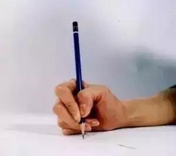 错误的握笔方式会给孩子的学习带来很大的危害