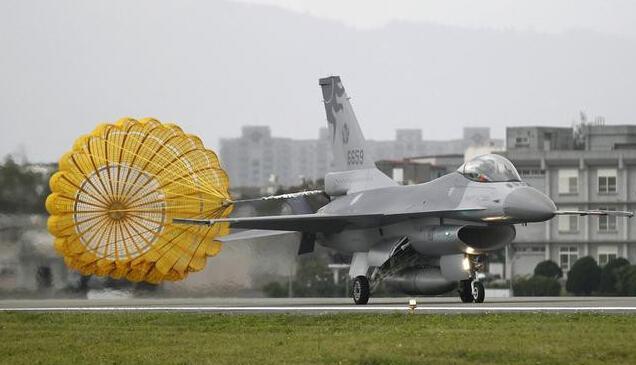 为什么战机使用的是减速伞:而民用客机使用的是价格昂贵的减速板